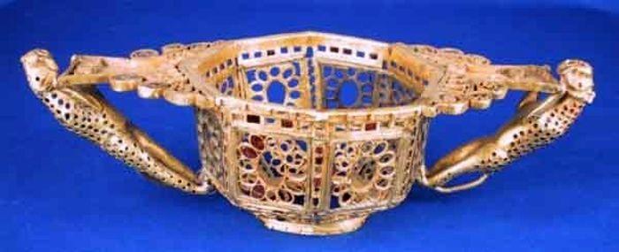 Vas octogonal - Muzeul Naţional de Istorie a României - BUCUREŞTI (Patrimoniul Cultural National Mobil din Romania. Ordin de clasare: 2511/28.01.2003 - Tezaur)