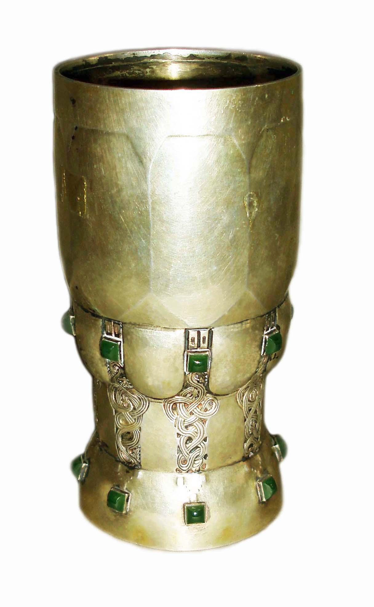 Cupă decorativă din argint aurit - Muzeul Municipiului Bucureşti - BUCUREŞTI (Patrimoniul Cultural National Mobil din Romania. Ordin de clasare: 4064/22.12.2016 - Fond)