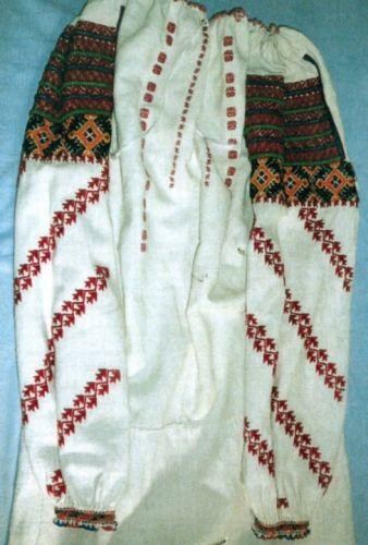 CămaşăCămaşă femeiască - Complexul Muzeal Bucovina - SUCEAVA (Patrimoniul Cultural National Mobil din Romania. Ordin de clasare: 2284/28.05.2007 - Fond)