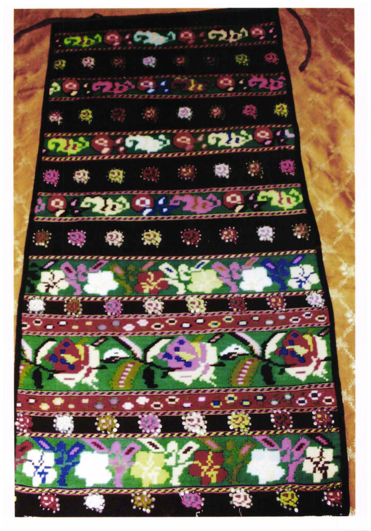 Şorţ femeiesc - anonim; Şorţ la spate - Muzeul Viticulturii şi Pomiculturii - GOLEŞTI (Patrimoniul Cultural National Mobil din Romania. Ordin de clasare: 2356/14.06.2017 - Tezaur)