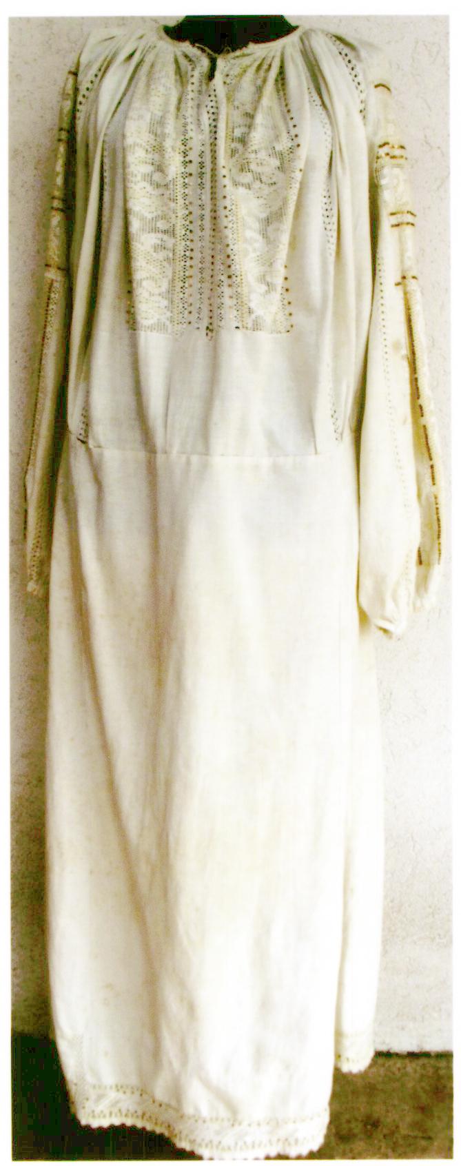 Cămaşă femeiască cu poale - anonim; Ie cu poale cu şabac cusută cu mătăsică albă - Muzeul Viticulturii şi Pomiculturii - GOLEŞTI (Patrimoniul Cultural National Mobil din Romania. Ordin de clasare: 2356/14.06.2017 - Tezaur)