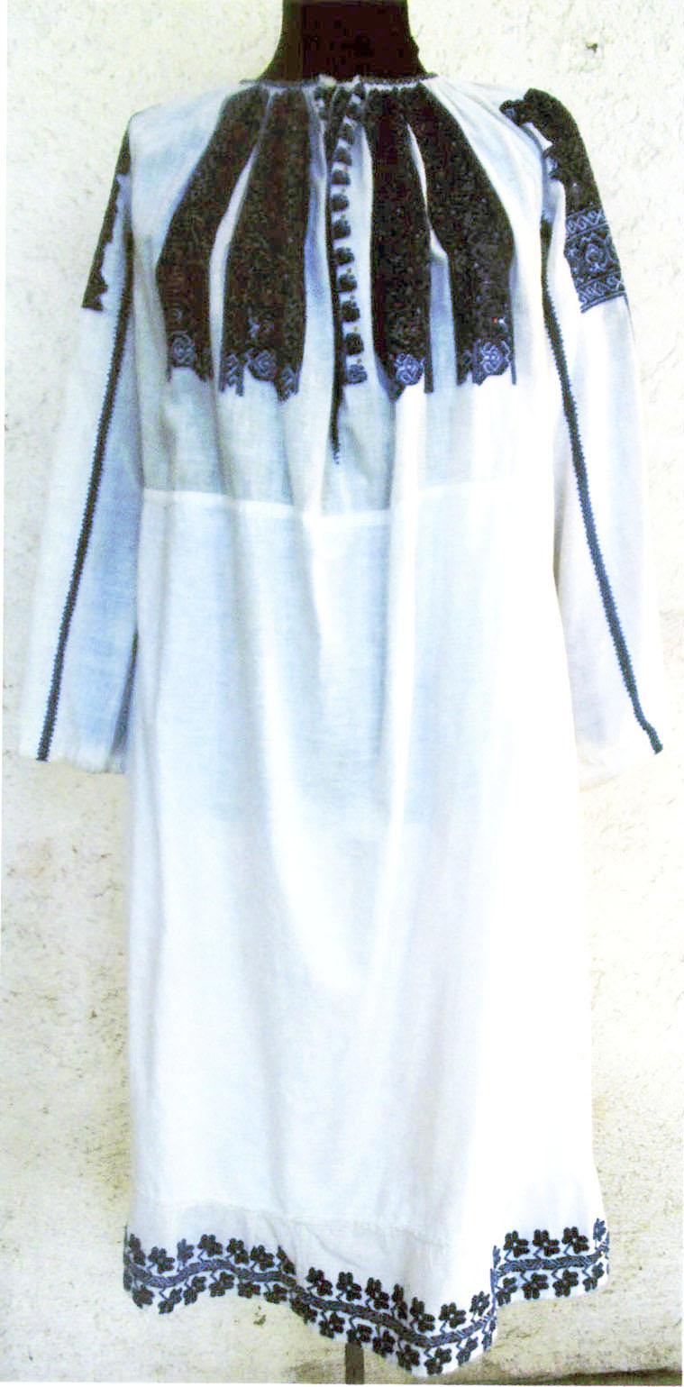 Cămaşă femeiască cu poale; Ie cu poale cu albastru şi fir - Muzeul Viticulturii şi Pomiculturii - GOLEŞTI (Patrimoniul Cultural National Mobil din Romania. Ordin de clasare: 2879/04.09.2019 - Fond)