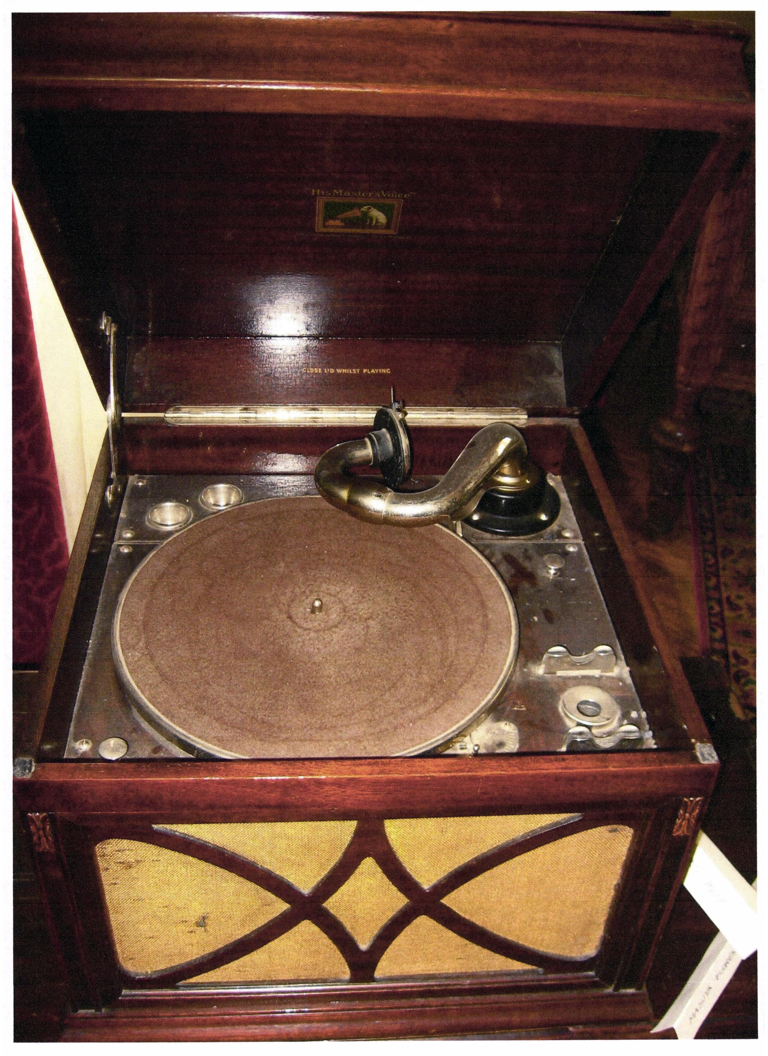 """Gramofon His Master's Voice - Casa Memorială """"Rosetti Tescanu - George Enescu"""" - TESCANI (Patrimoniul Cultural National Mobil din Romania. Ordin de clasare: 2271/27.04.2015 - Fond)"""