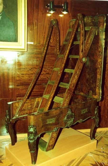masă cu scară de bibliotecă - Muzeul Vrancei - FOCŞANI (Patrimoniul Cultural National Mobil din Romania. Ordin de clasare: 2047/26.01.2007 - Tezaur)