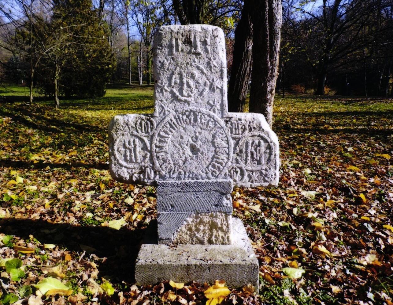 """Anonim; Cruce care marchează altarul bisericii lui Horea - Centrul de Cultură """"Brătianu"""" - ARGEŞ (Patrimoniul Cultural National Mobil din Romania. Ordin de clasare: 2421/19.06.2017 - Tezaur)"""